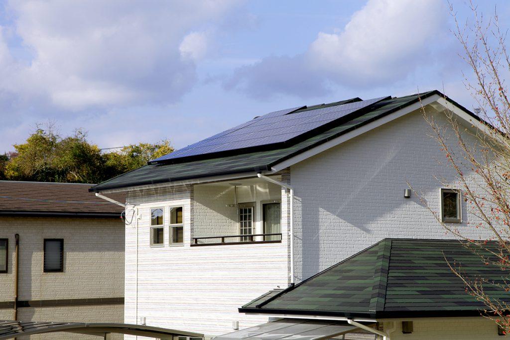多色で落ち着いたカラーの屋根にはソーラーパネル
