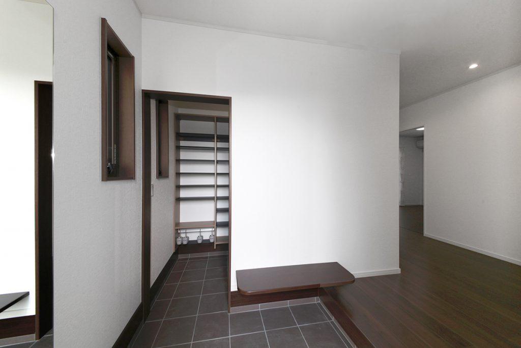 玄関をまっすぐ抜けると土間収納へ。モノ置にも使えるベンチも