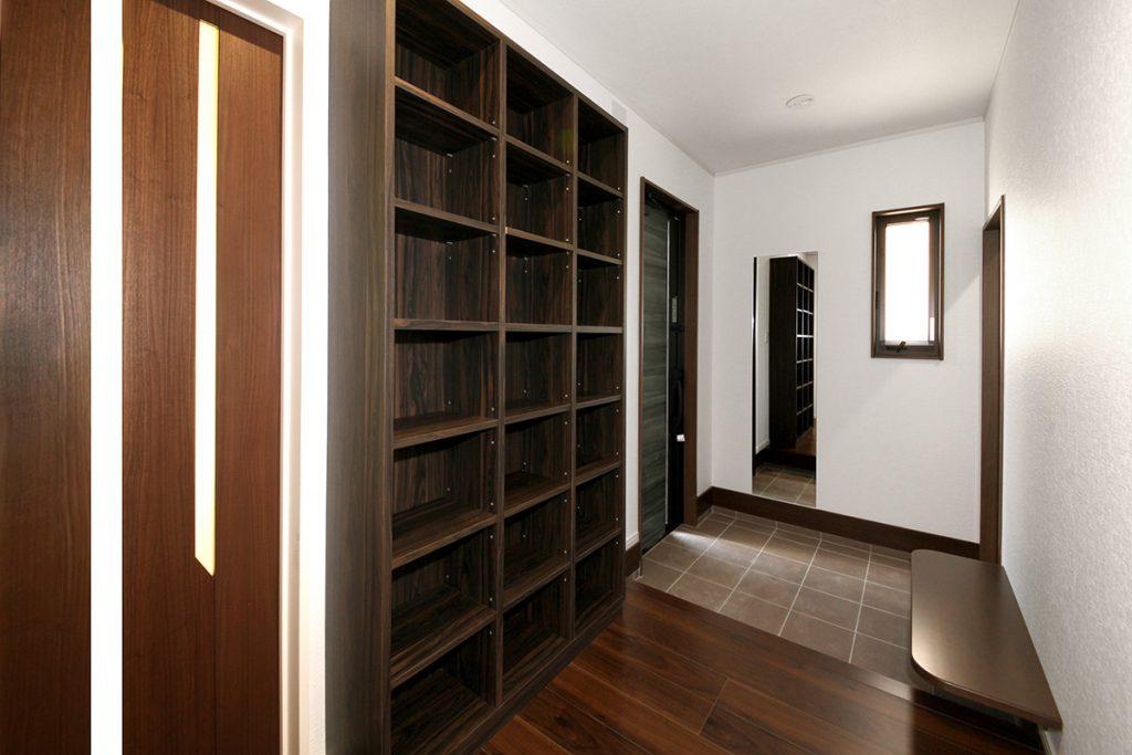 玄関ホール 充実の収納スペース