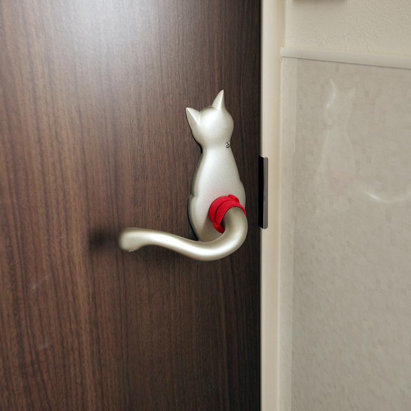 ドアの取っ手がねこのしっぽに。