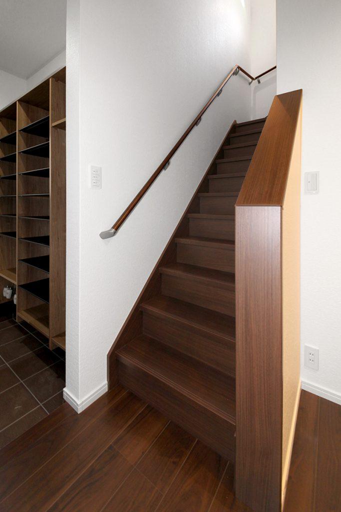玄関横の2階への階段