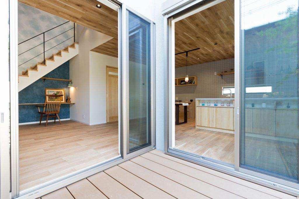 リビングからもキッチンからも出入り可能なウッドデッキのおかげで、内と外がつながる開放的な暮らしが実現。