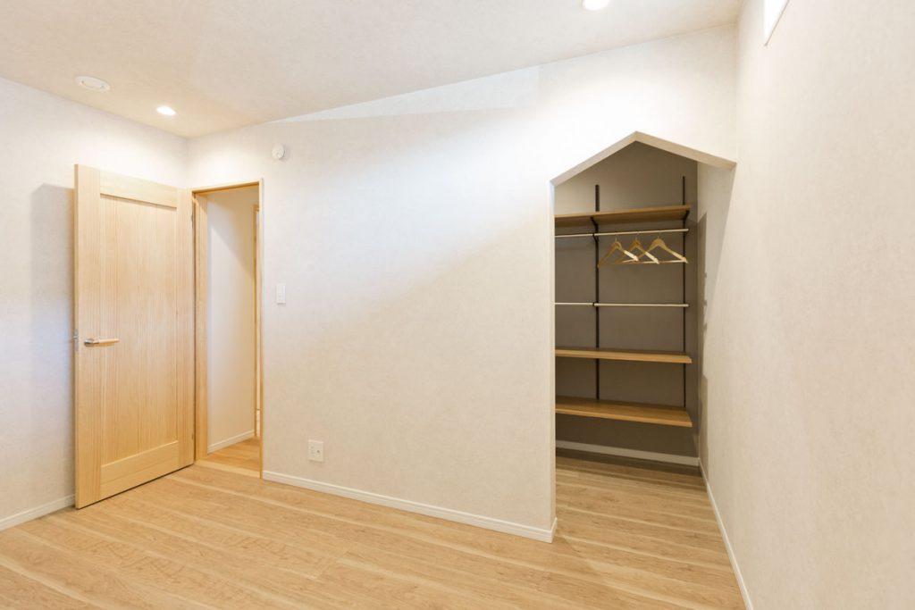 将来を見据えて1階にレイアウトした主寝室。WICの入り口は、よくあるRではなく三角にして遊び心をプラス。