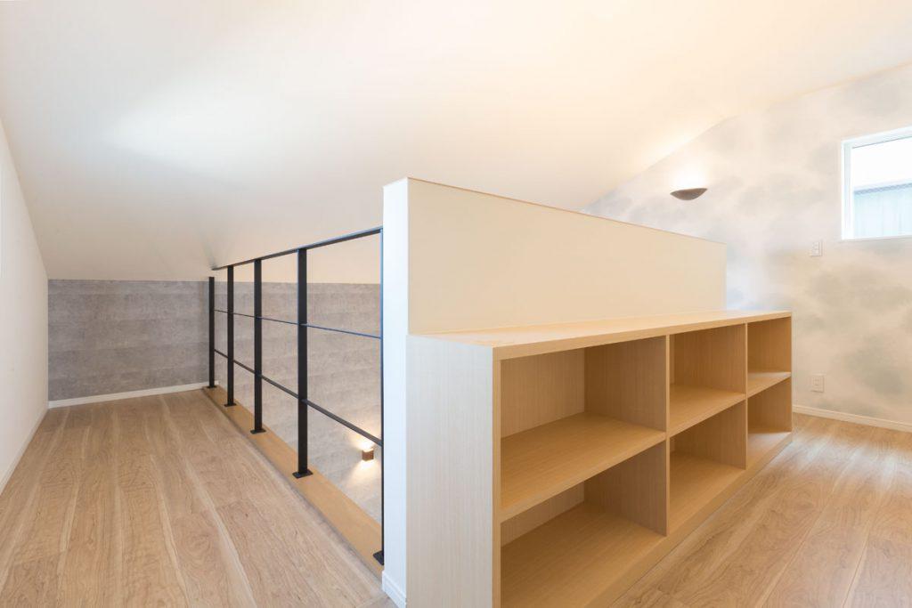 2階の廊下を利用して、自由な使い方ができる本棚兼